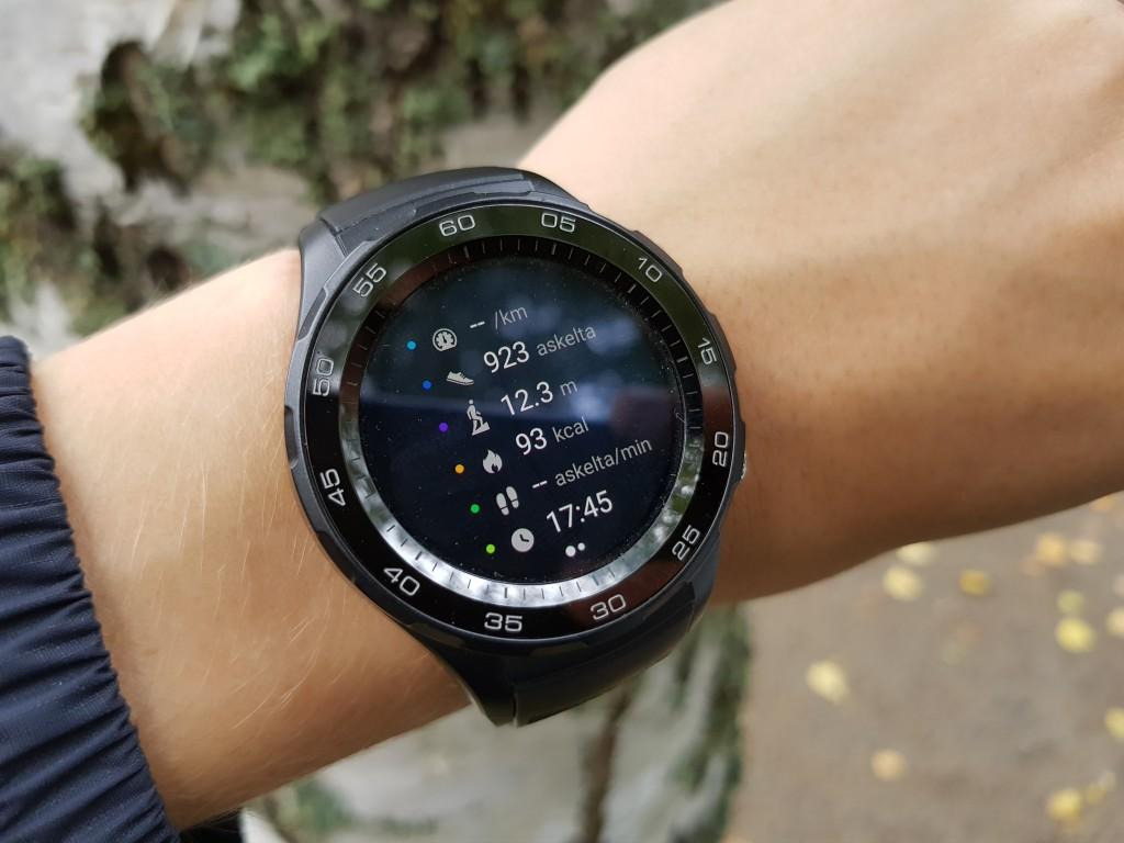 Liitäntä Wi-Fi: Kun paritus on valmis, lue uuden kellosi käyttöohje ja tutustu Fitbitin dashboard- toimintoon.